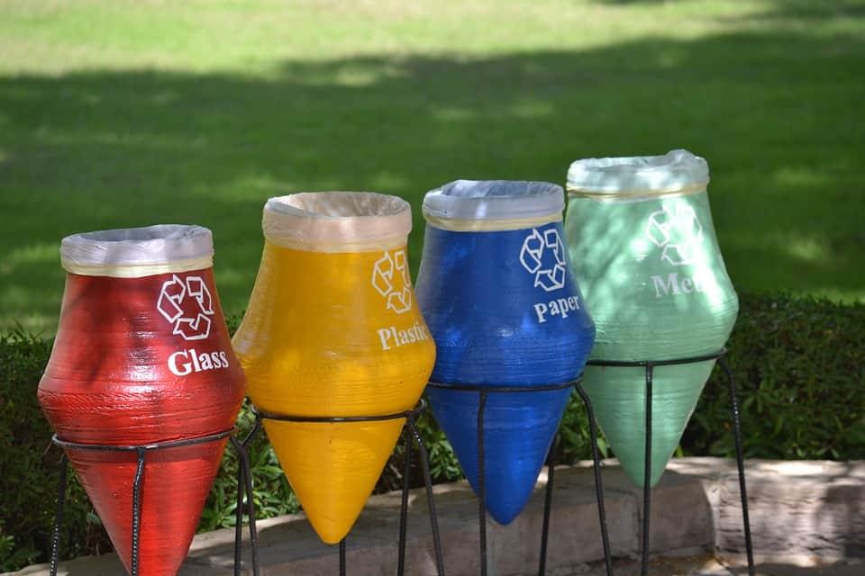 contenedores de basura por colores
